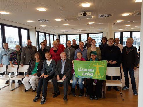 Die alte und neue Spitze, sitzend vlnr.: Dr. Diana Siebert, Lino Klevesath, Walter Otte, Dana Pflüger, Mariana Pinzón Becht